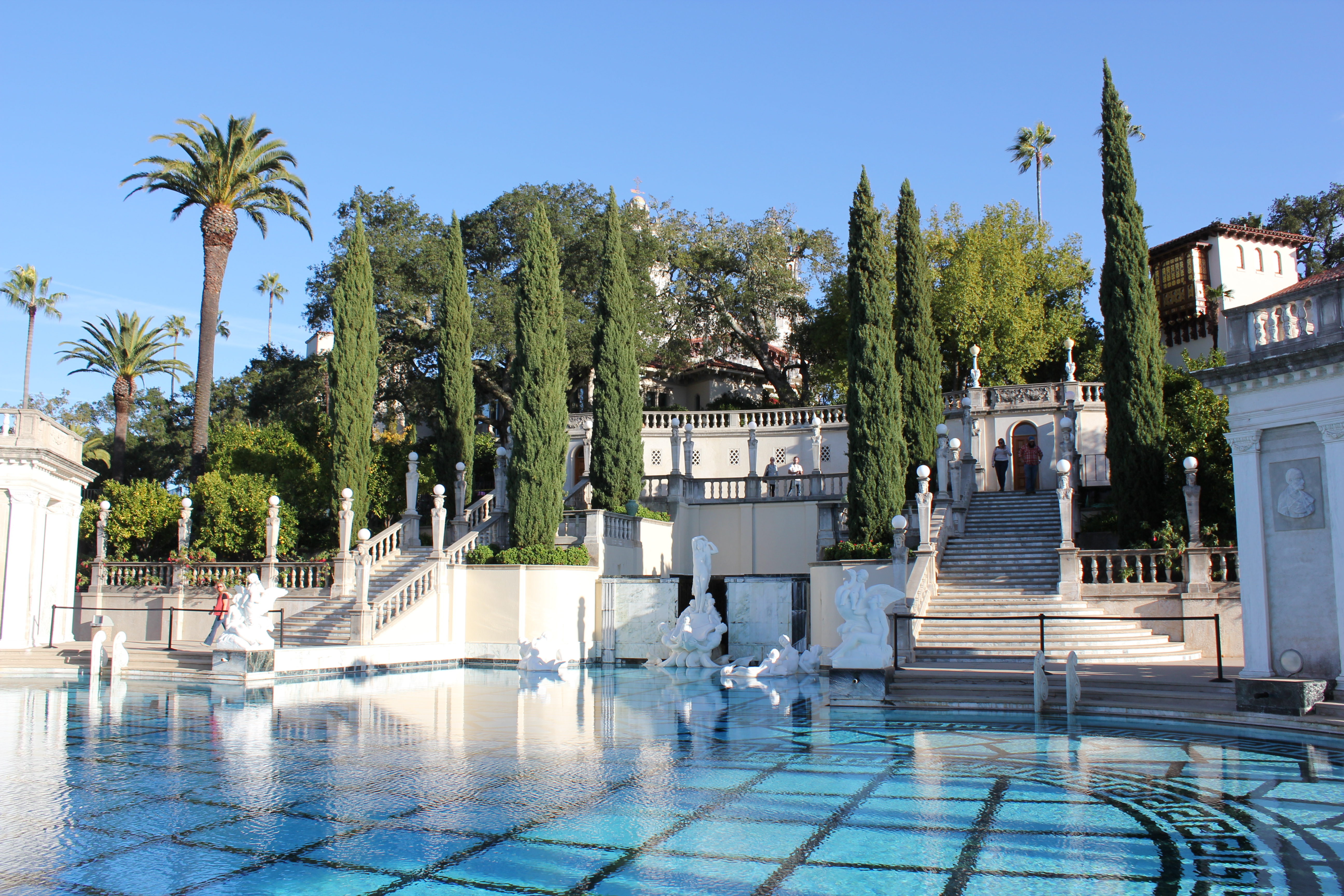 Where is hearst castle and why should i go there for San sineon